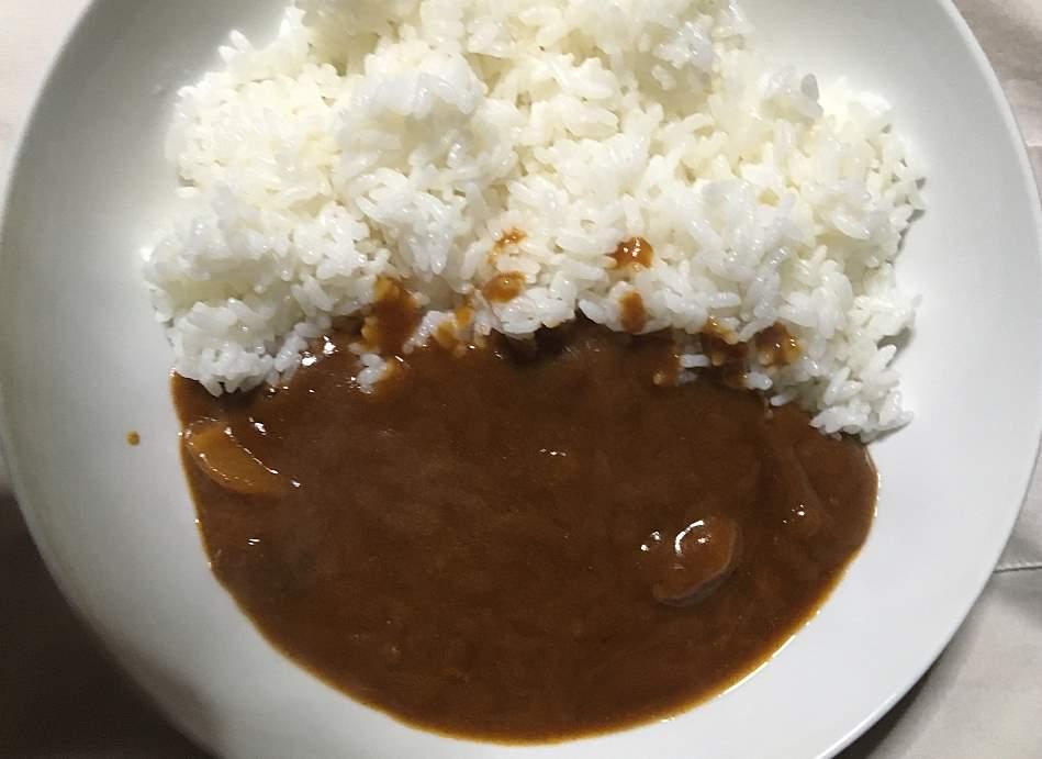 ご飯に盛りつけた状態:セブンプレミアムのビーフカレー 辛口 180g
