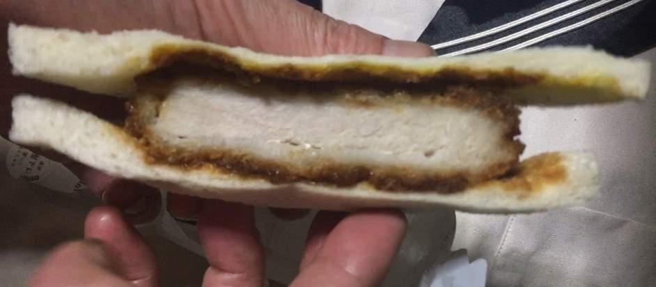 厚切りロースカツの側面:厚切りロースカツ&ダブルハムカツ|ローソンのサンドイッチ