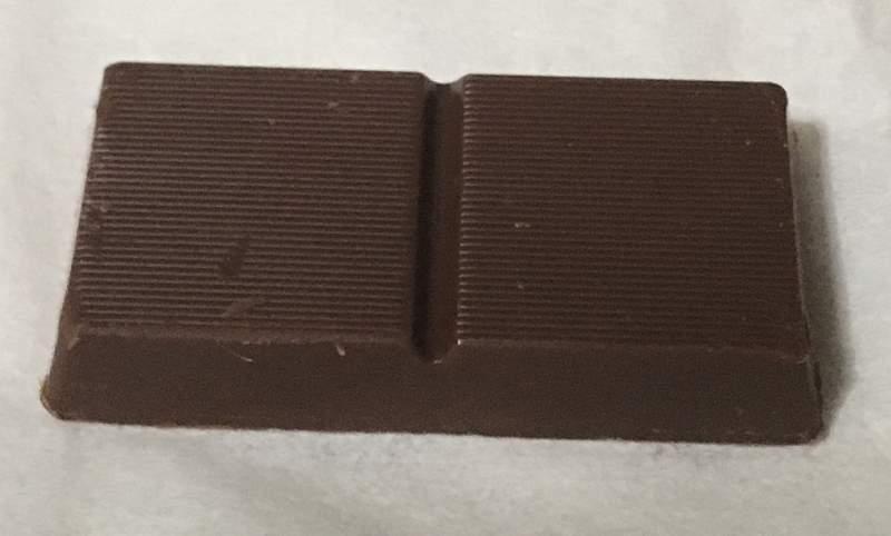 中のチョコレート1個:meiji オリゴスマートミルクチョコレート65g
