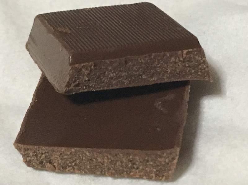 割った状態:meiji オリゴスマートミルクチョコレート65g