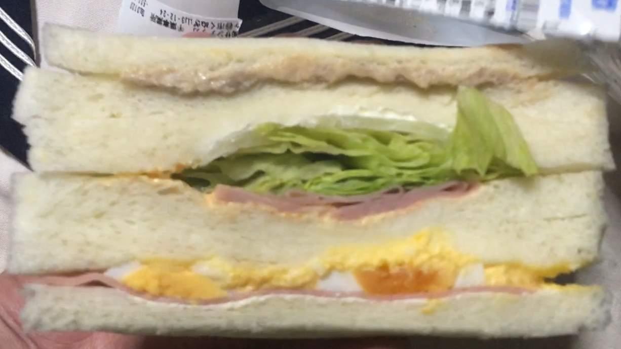 レタスがぎっしり:ミックスサンド(レタス増量)ローソンのサンドイッチ