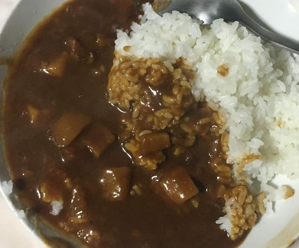 ご飯に盛りつけた状態:ビーフと野菜のスパイス際立つビーフカレー辛口|TOPVALU レトルトカレー