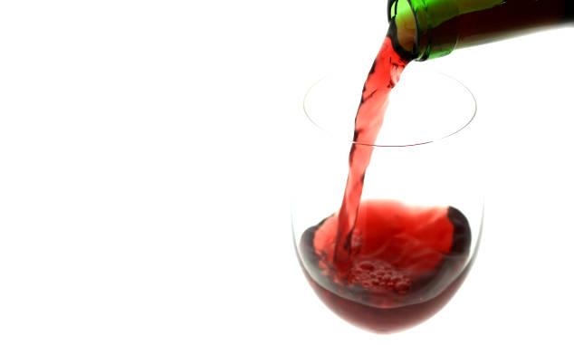 注がれる赤ワイン
