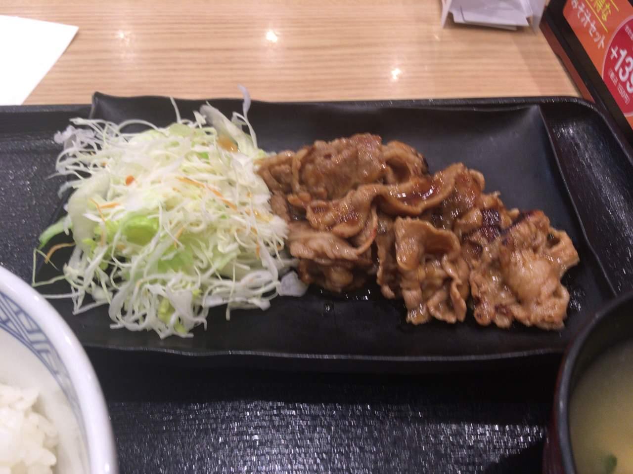 肉が乗った皿:牛カルビ生姜定食 | 吉野家