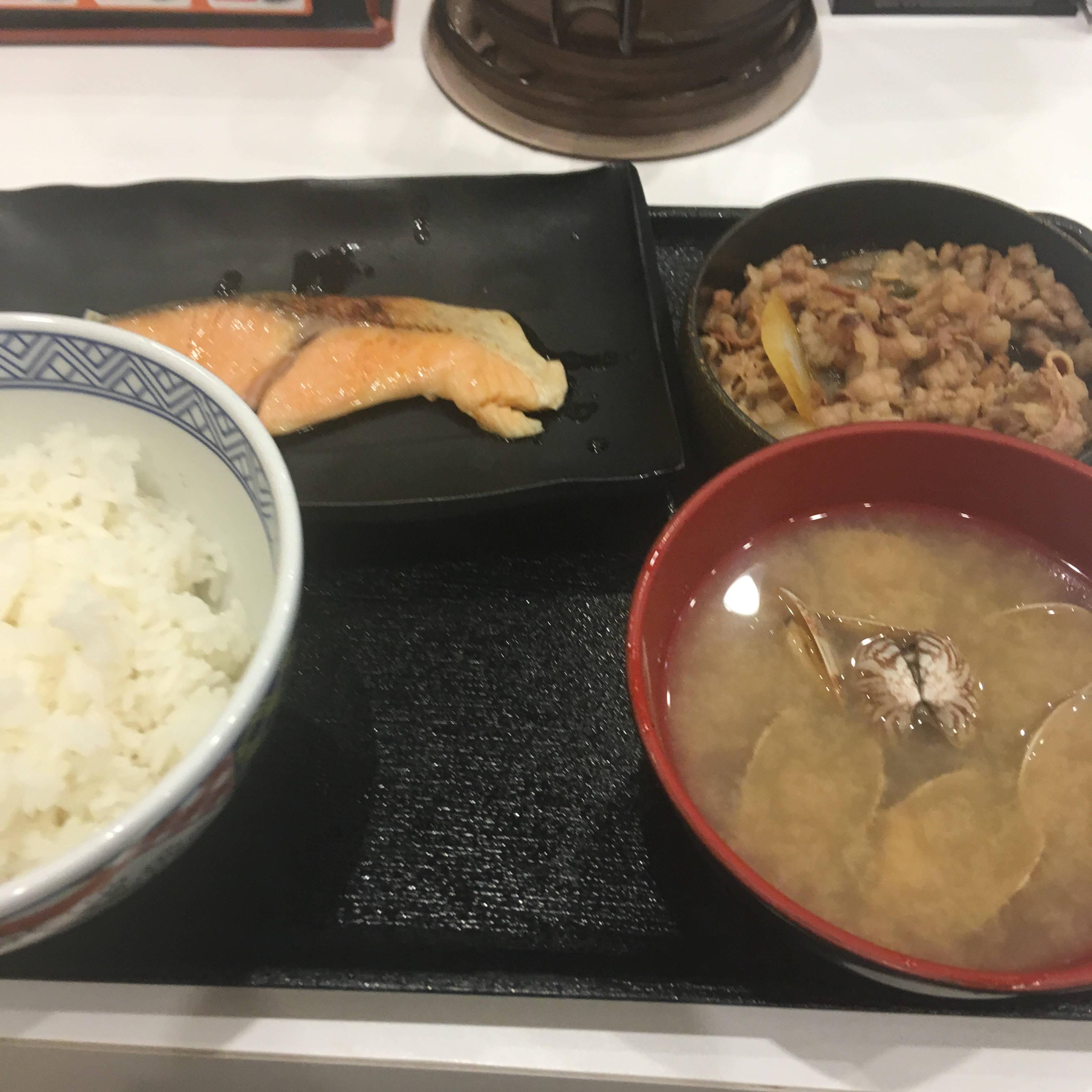 吉野家の牛鮭定食のみそ汁をあさり汁に変更+100円