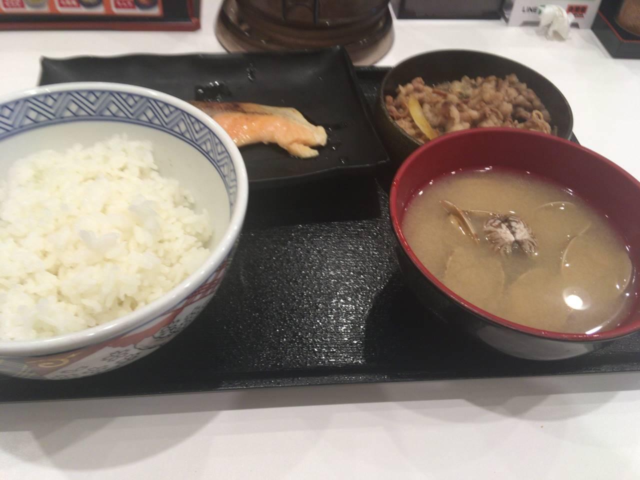 牛鮭定食のみそ汁をあさり汁に変更+100円 吉野家