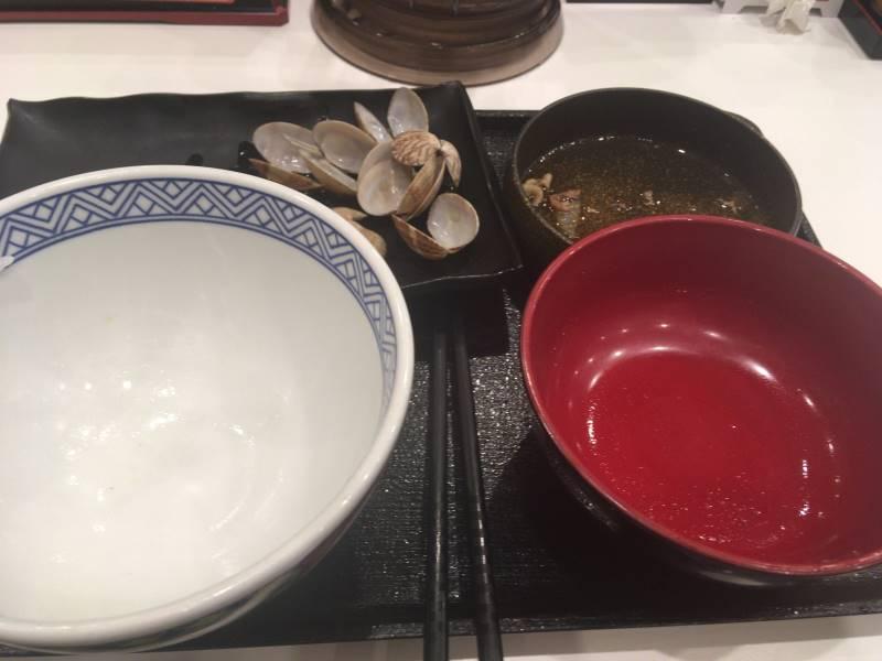 食べ終えた食器:牛鮭定食のみそ汁をあさり汁に変更+100円