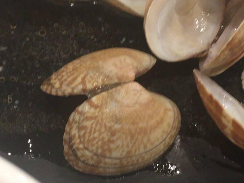 あさり汁の貝殻の外側