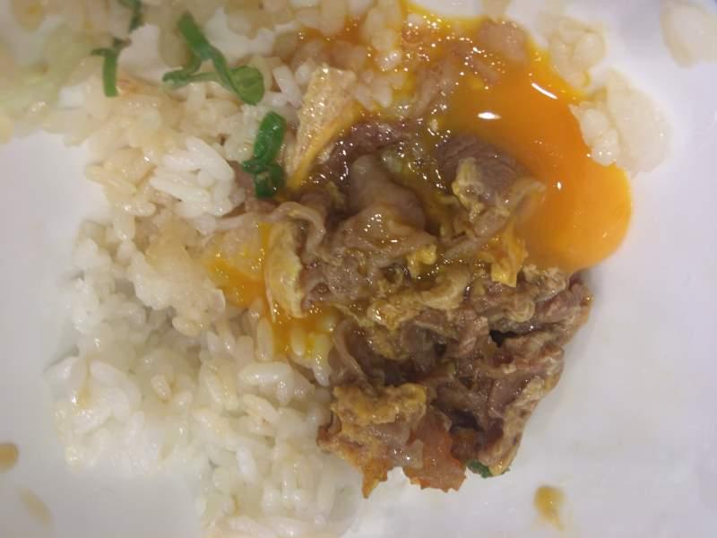 玉子の黄身と肉「月見牛とじ御膳」|吉野家