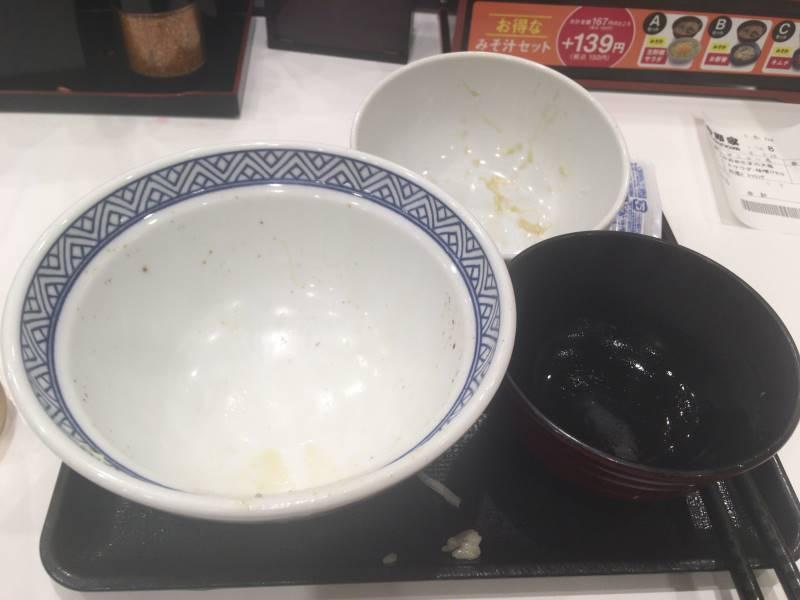食べ終えた状態:牛丼  アタマの大盛と生野菜みそ汁セット(Aセット)