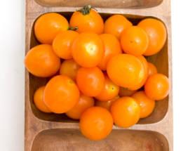 オレンジ色したチェリートマトの写真