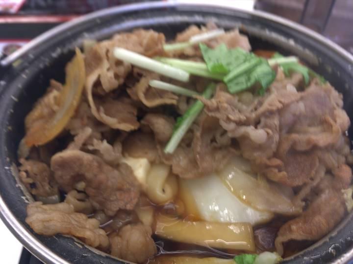 牛肉の上に水菜:2019年10月 吉野家の「牛すき鍋膳」