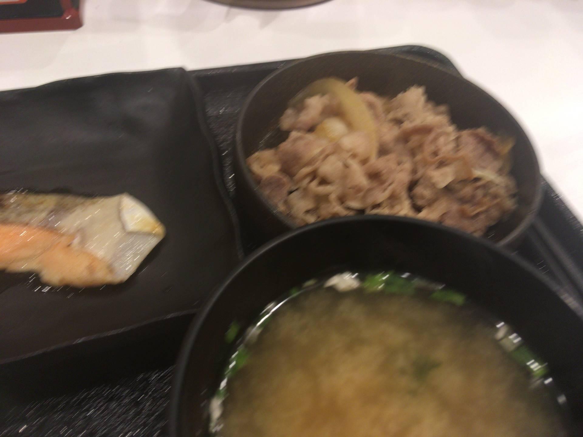 吉野家の牛鮭定食の牛皿