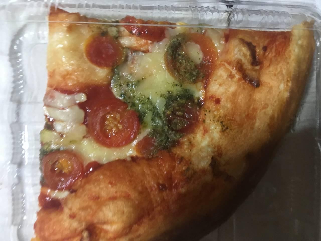 上面:OKのカットピザ チェリートマトのマルゲリータ