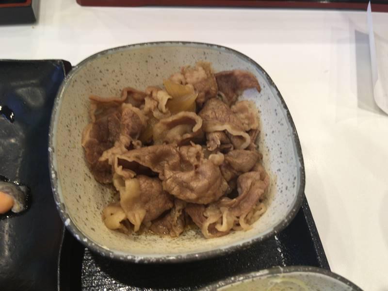 牛肉が入った小鉢:1回目 吉野家の焼魚牛小鉢