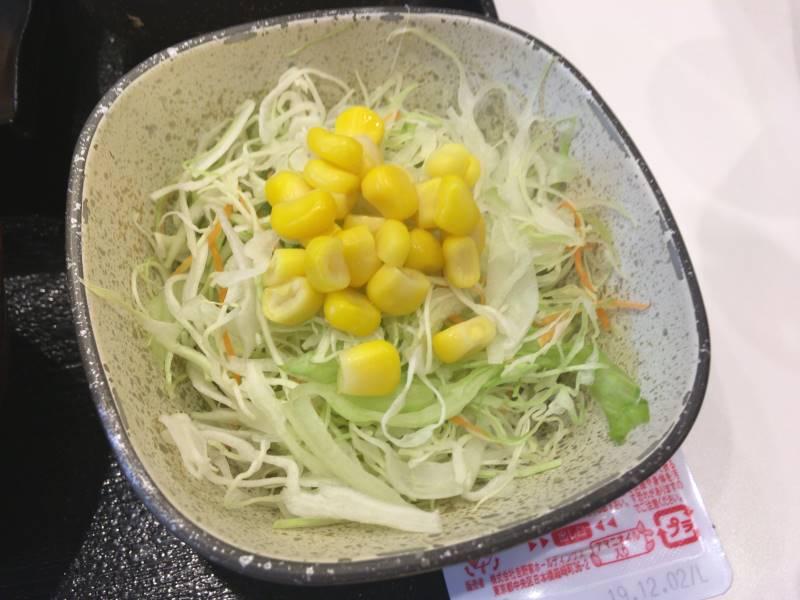 キャベツのサラダの上にコーン:1回目 吉野家の焼魚牛小鉢