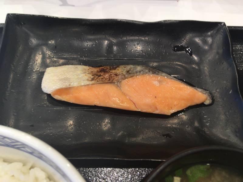 鮭はやや小ぶりかな:1回目 吉野家の焼魚牛小鉢