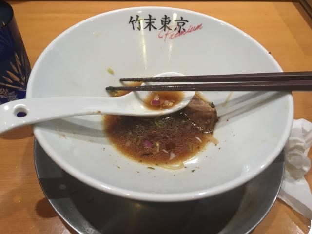 高菜入れたあとのスープ:醤油そば+ネギ増し+メンマ増し|竹末東京プレミアム