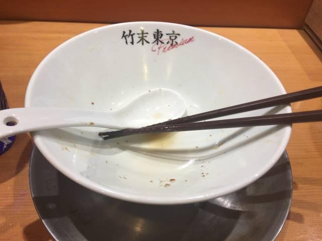 完食した丼:醤油そば+ネギ増し+メンマ増し|竹末東京プレミアム