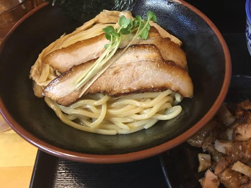 麺の上に煮豚とスプラウト
