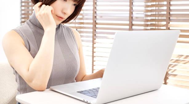 パソコンの前の女性