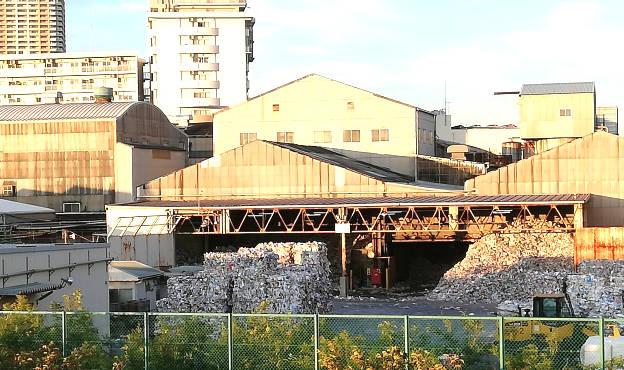 工場の裏側の光景