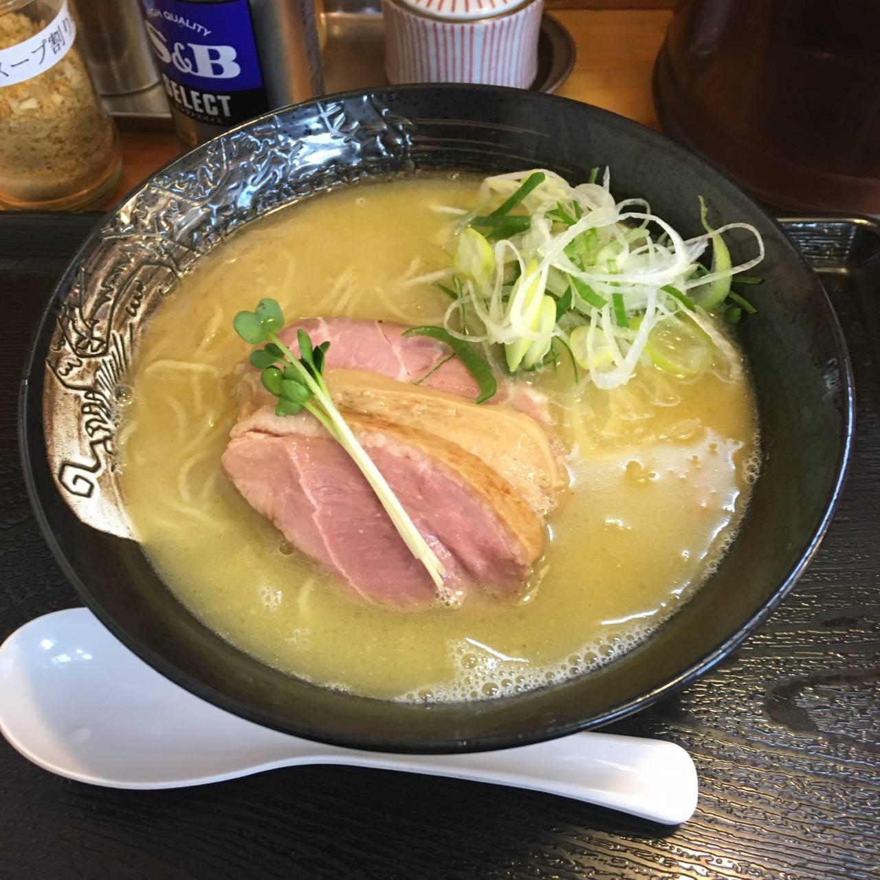 「麺屋太陽」で鴨のせ鶏白湯820円