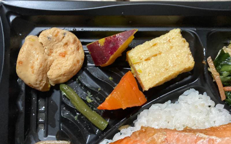 鮭の下に隠れていた野菜などの具