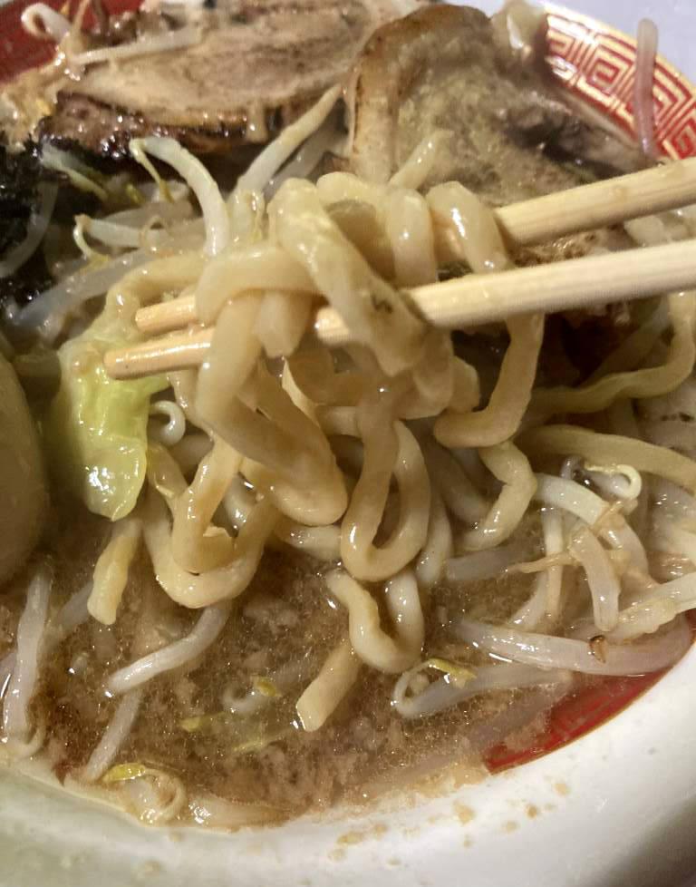 箸で持つ揚げた麺