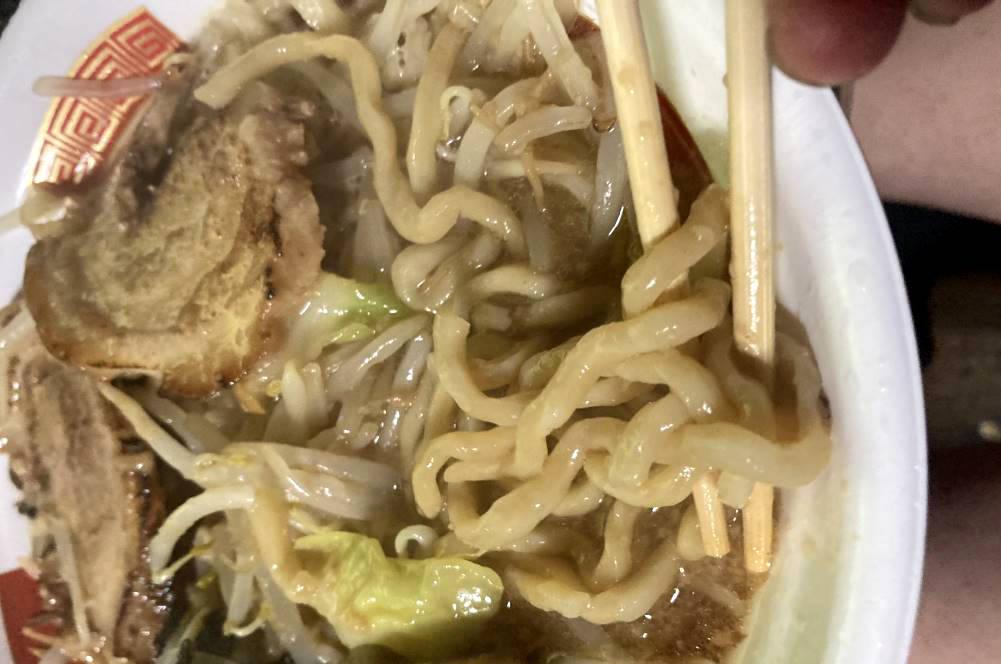 麺の形状はビロビロ