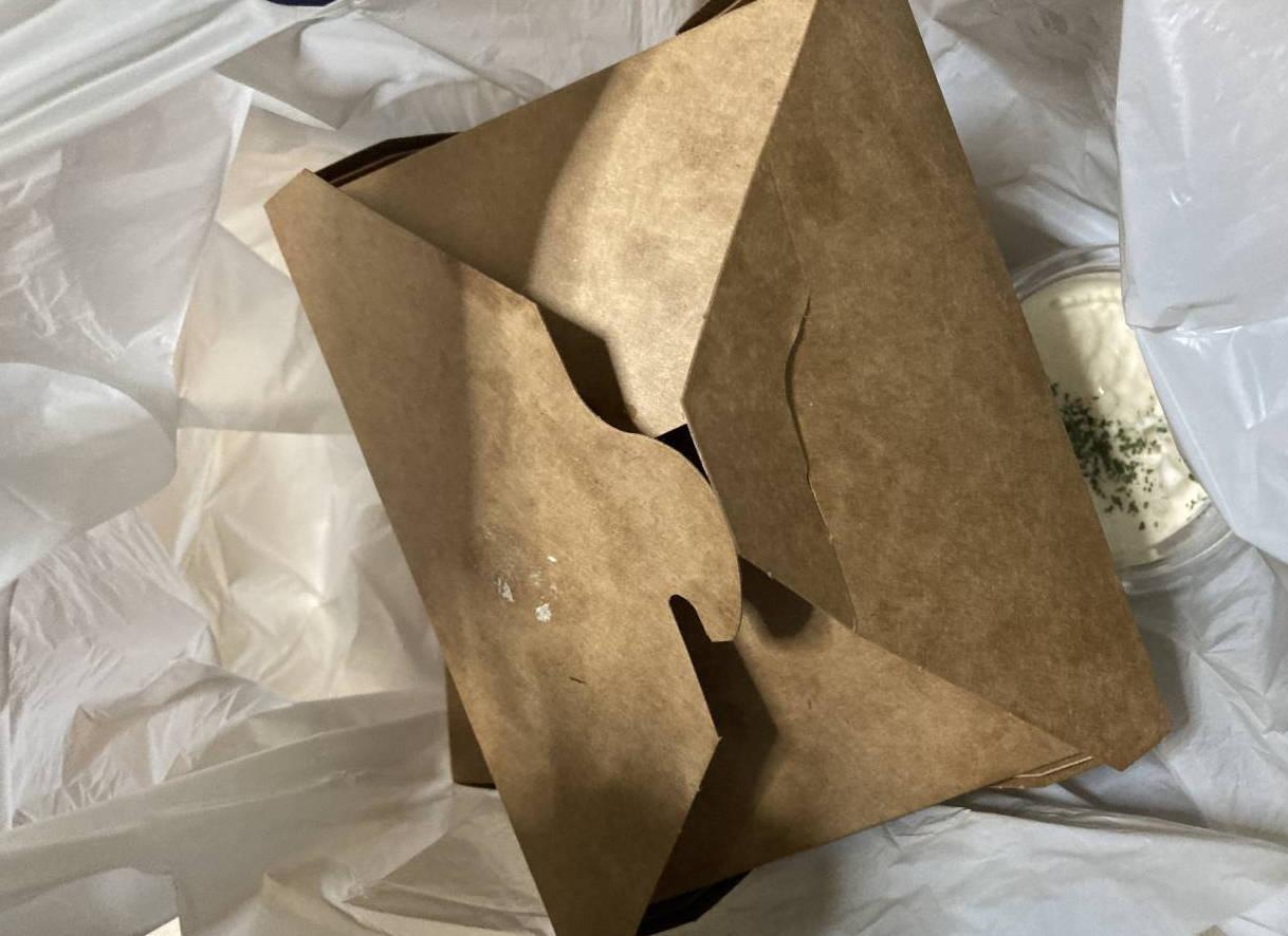爆発的にデカい唐揚げ専門店 爆カラの外箱